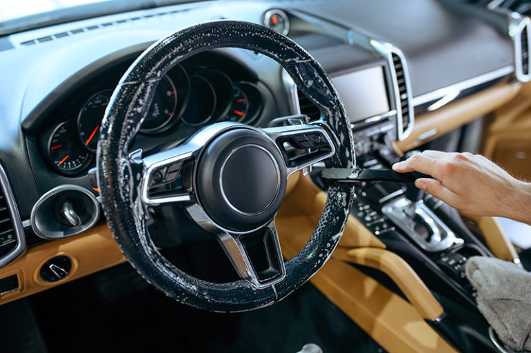 Pulizia volante auto